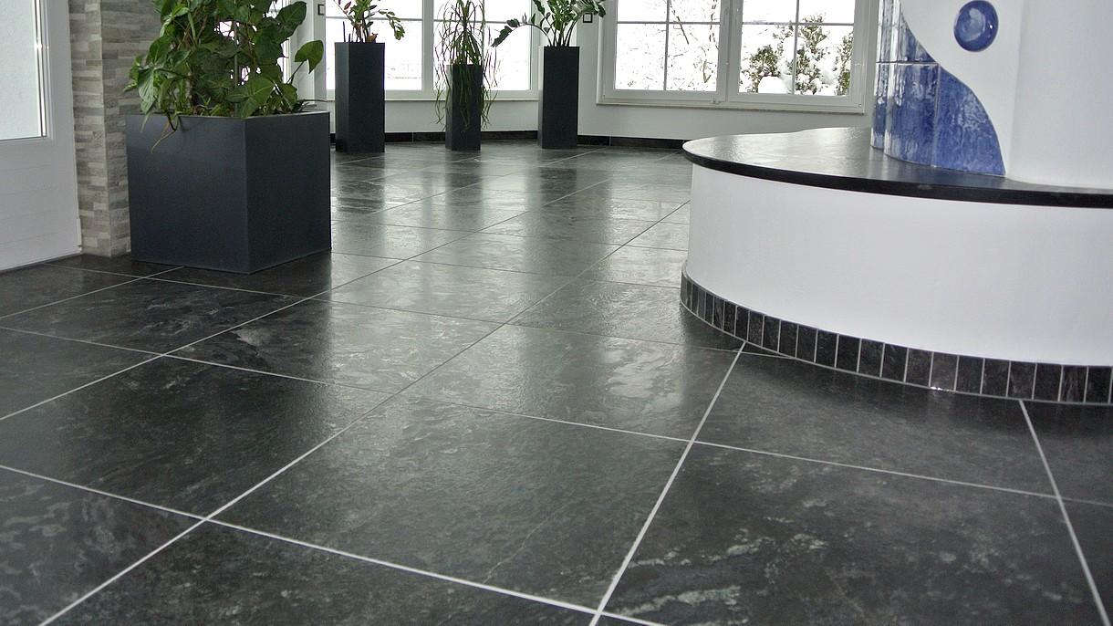 BLACK CLASSIC / SCHWARZER QUARZIT, Bodenplatten, geflammt und gebürstet, 60 x 60 x ~1,3 cm