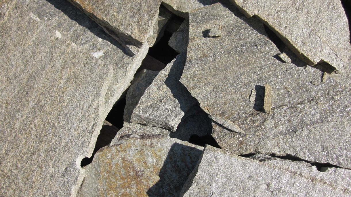 LUSERNA GNEIS, Polygonalplatten, gespalten, Normalformat mittel x 2-4 cm