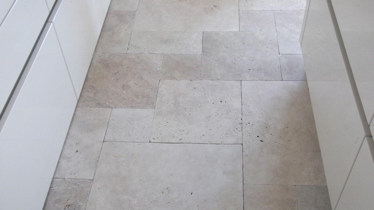 TRAVERTIN CLASSIC LIGHT, Bodenplatten, getrommelt, römischer Verband x 1,2 cm